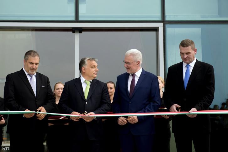 Lehrner Lóránt az ELI-HU Nonprofit Kft. ügyvezető igazgatója, Orbán Viktor miniszterelnök, Pálinkás József atomfizikus, a Nemzeti Kutatási Fejlesztési és Innovációs Hivatal elnöke és Botka László szegedi polgármester átvágja a nemzetiszínű szalagot a szegedi ELI-ALPS Lézeres Kutatóközpont elkészült épületegyüttesének ünnepélyes megnyitóján 2017. május 23-án.