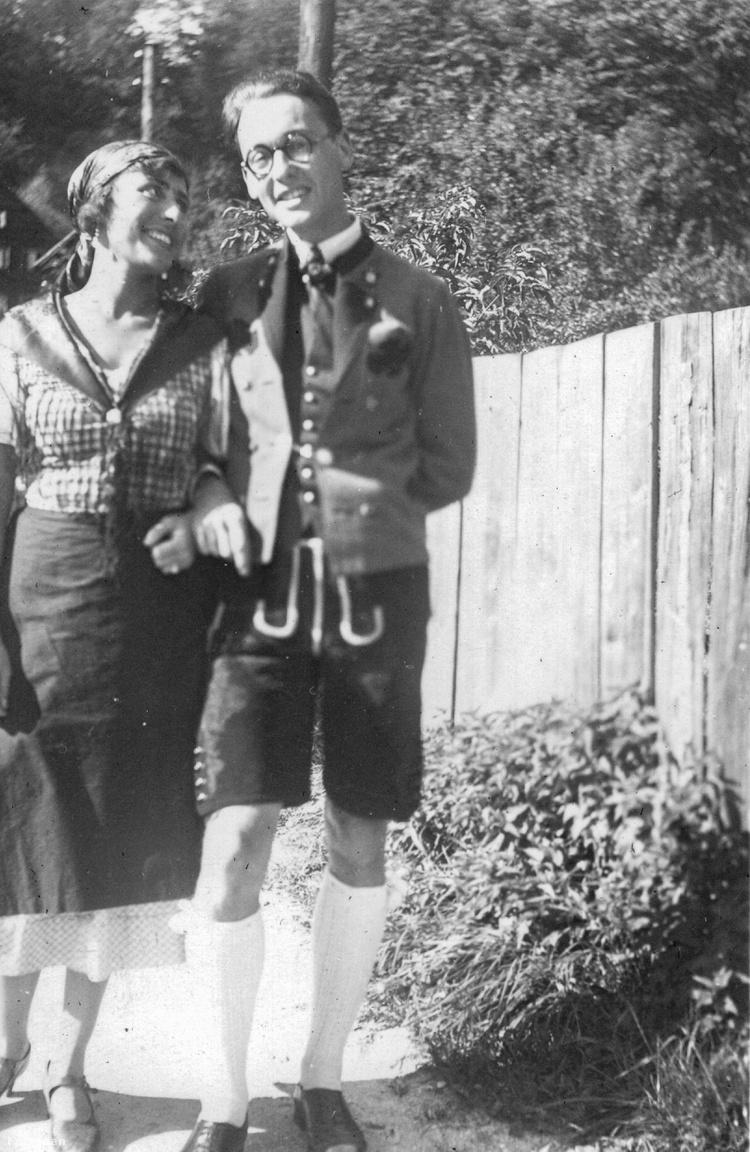 A jó levegő boldoggá tesz! Jókedélyű pár hegyi viseletbenAz album, és benne Tőry képei az 1930-as évek elején készültek. A hobbifotós banktisztviselő ekkor még nem ismerte az elszegényedett dzsentrilányt, Bakó Margitot. Az úrilány nagyapja még mesés vagyon felett rendelkezett: Pesten nyolc szobás lakosztályuk volt a Gresham-palotában, a Sáros megyei Jernyén fekvő ezer holdas uradalmuk a festő Szinyei Merse Pál birtokainak szomszédságában feküdt. A pénz a hadikölcsönnel, a felvidéki birtok az első világháborút követő területelcsatolásokkal tűnt el. Margit azért az Angolkisasszonyok Váci utcai gimnáziumába járt és az apácáktól minden tárgyból eggyel rosszabb jegyet kapott büntetésként az érettségi előtt megtartott esküvője miatt. A 18 éves Margitnak a családi legendárium szerint a 17 évvel idősebb Tőry a nyolcadik kérője volt.