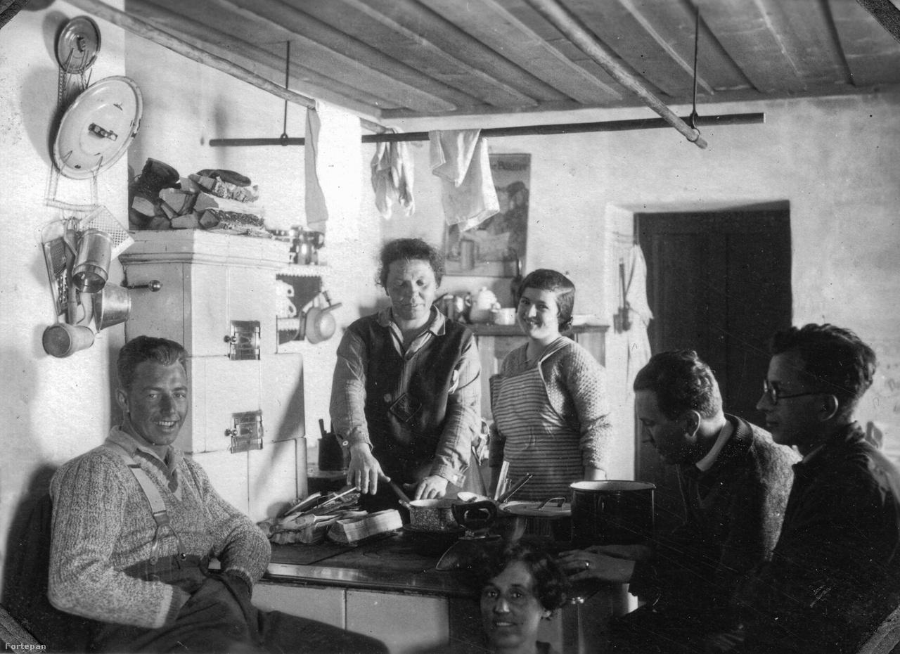 Pihenő a hüttében, a kép jobb oldalán Tőry MiklósRégi újságokat lapozgatva úgy tűnik, Bad Aussee népszerű célpont az 1920-1930-as években, 1924-ben a Színházi Élet szerint a hatezer kurgast fele magyar volt.