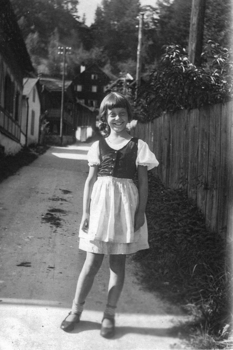 """Az előbbi kislány séta közbenNem tudjuk, Tőry vajon meddig tartotta a kapcsolatot az album tulajdonosával és annak családjával. A háborús évek alatt valószínűleg szem elől vesztették egymást, Tőry Klára nem hallott sem a most előkerült albumról, sem annak gazdájáról.                         Az eljegyzés után esküvő következett Tőryéknél: 1939 nyarán a margitszigeti Szent Mihály-kápolnában. A Comó-i tónál és Milánóban voltak nászúton, azután szeptember 1-jén kitört a második világháború. Tőryék a mai Rökk Szilárd utca 17. harmadik emeleti, négyszobás lakásába költöztek. Az első években még nem érződött a háború hatása, az ezerpengős fizetésből polgári jómódban éltek: a háztartás tartozéka volt a szakácsnő és a gyereklány. A Tőry házaspár a Balatonban ismerkedett meg, ahol Tőry """"kimentette"""" Bakó Margitot a Balatonból és a vízimádat a közös dunai evezésekben folytatódott."""