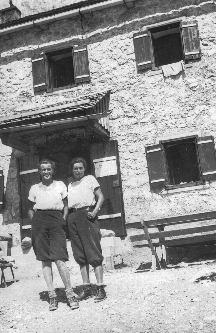 A fotó 1930 augusztusában készült, az Adamekhütte előttBad Aussee, a kis ausztriai klimatikus üdülő-, nyaraló- és téli sporthely 650 m magasan a tengerszint felett fekszik egy hegyektől övezett völgyben. A két háború között egyszerre szolgálta ki a pihenni vágyót, a szórakozást és a gyógyulást keresőt: volt erdő és csend, zenekar és tánc, balzsamos levegő és gyógyfürdő.