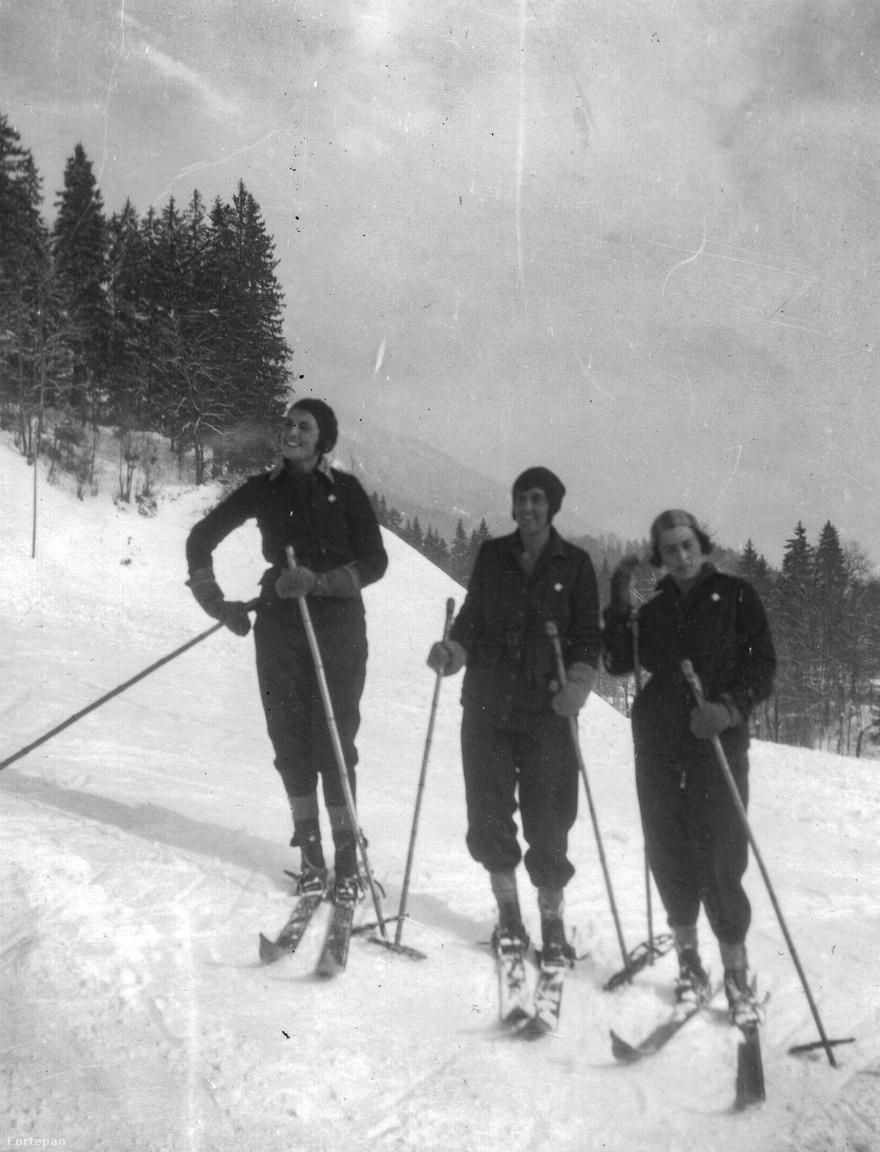 A társaság hölgytagjai siklás előtt Bad Aussee-benTőry Miklósnak (1904-1977) apja halála után abba kellett hagynia a közgazdasági egyetemet, és ekkor került a Magyar Nemzeti Bankhoz. A legalacsonyabb állásban kezdte és fokozatosan emelkedett a devizaosztály vezetői posztjára. Valószínűleg itt szerette meg a természetjárást, síelést. Barátaival, kollégáival együtt tagja volt az MNB Sportegyletének. Talán éppen velük járt Bad Aussee-ben is.