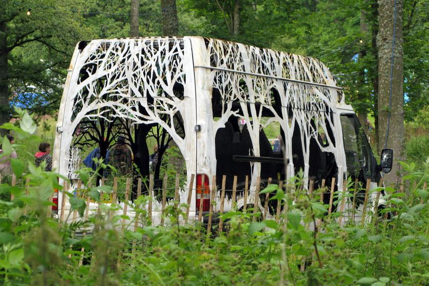 A kiszuperált szállítóautót egy fesztivál kérésére varázsolta át műalkotássá. A rozsdás kocsi különlegesen mutatott az erdő közepén, a Lost Eden kiállítás darabjaként.