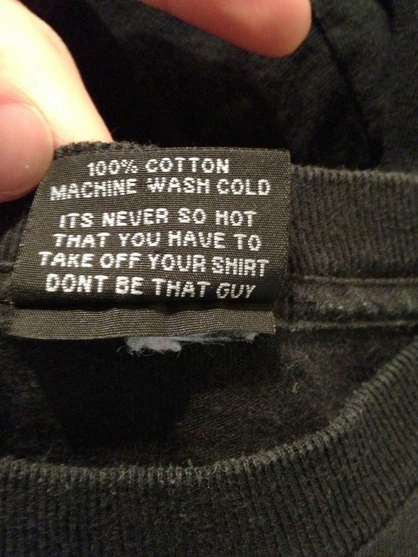 """""""Sosem lesz annyira meleg, hogy le kellene venned a pólód. Ne legyél az a fickó"""" - olvasható a mosócédulán."""
