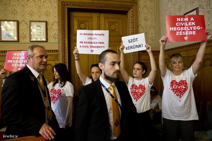Tüntető civilek a civiltörvény parlamenti vitáján
