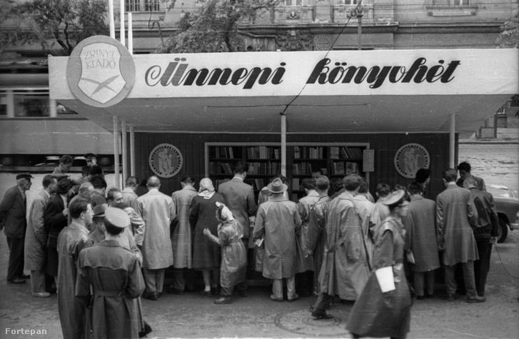 1957. Szent István körút, az Ünnepi könyvhét pavilonja a Vígszínház előtt.