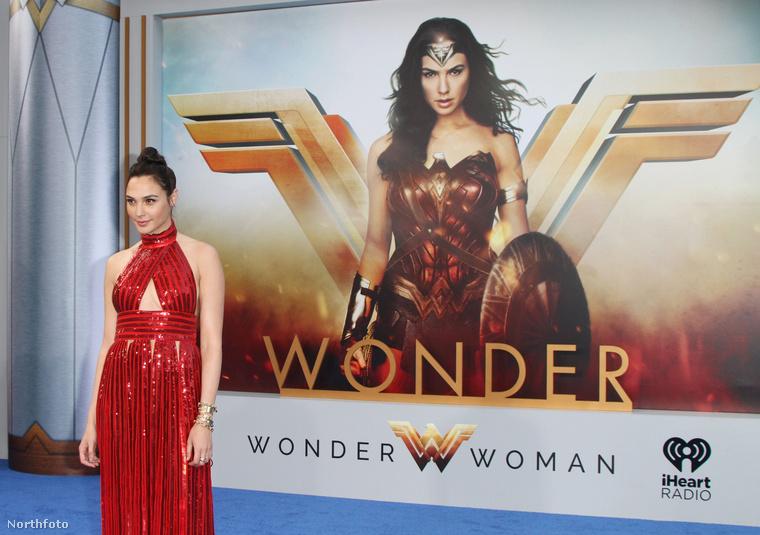A Wonder Woman több szempontból is korszakalkotó, főleg azért, mert női rendező és női szuperhős karakter ekkora sikert még nem ért el eddig.Azonban Gal Gadot, úgy tűnik,túltesz filmbeli szerepén is, mivel a való életben is csodálatos.
