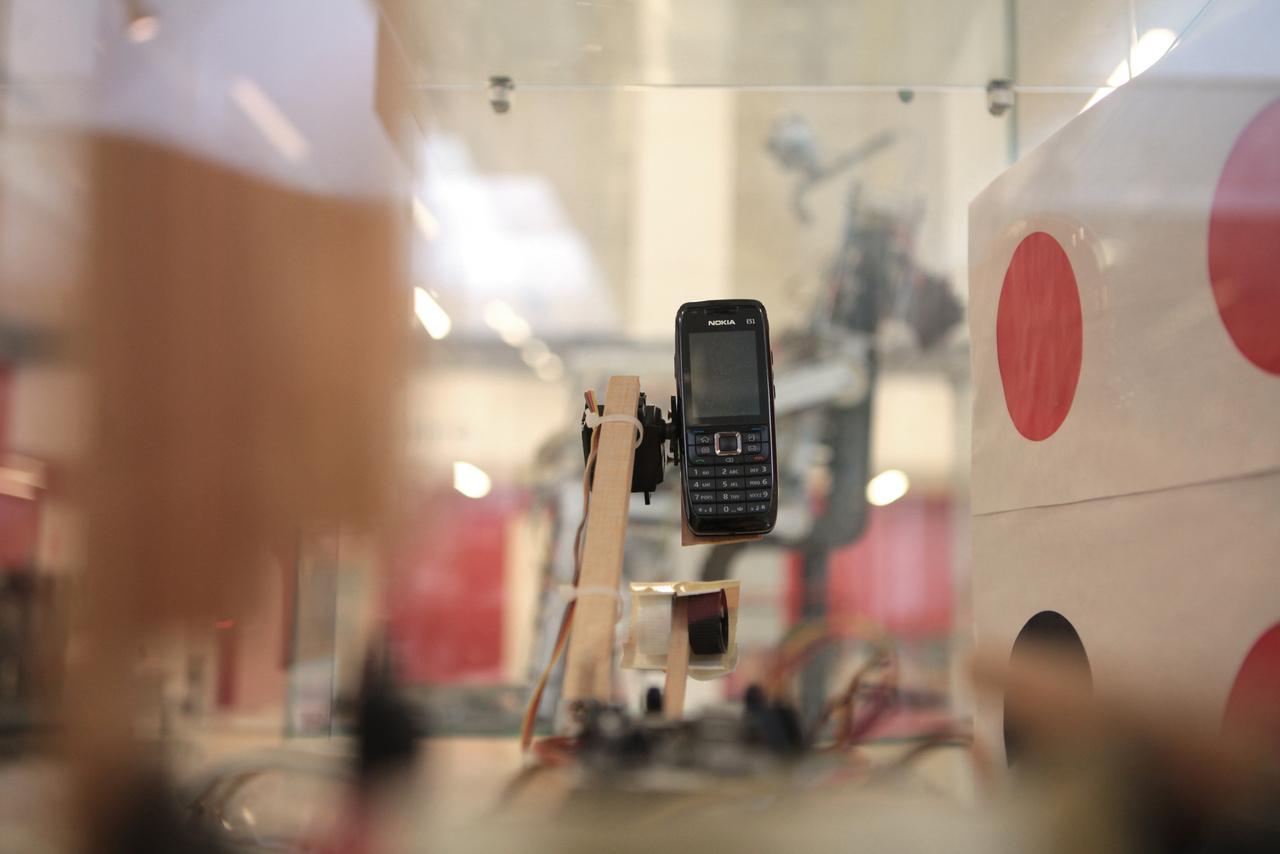 A 2010-es Magyarok a Marson Alkalmazott Mérnöki Tudományok Verseny győztes robotjának, a Mars Mining Corporation csapat Marsroverének szeme, egy wifis képátvitelre képes mobiltelefon.