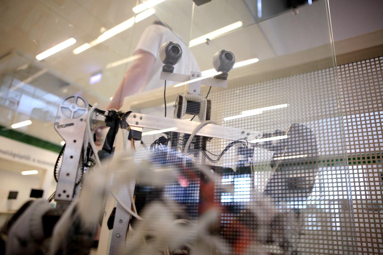 SIMON-5, Pécskai Balázs (NJSZT Robotika Szakosztály) emberszabású robotja 2012-2013-ban készült, ízületeit, ujjait emberszerűen mozgatja.