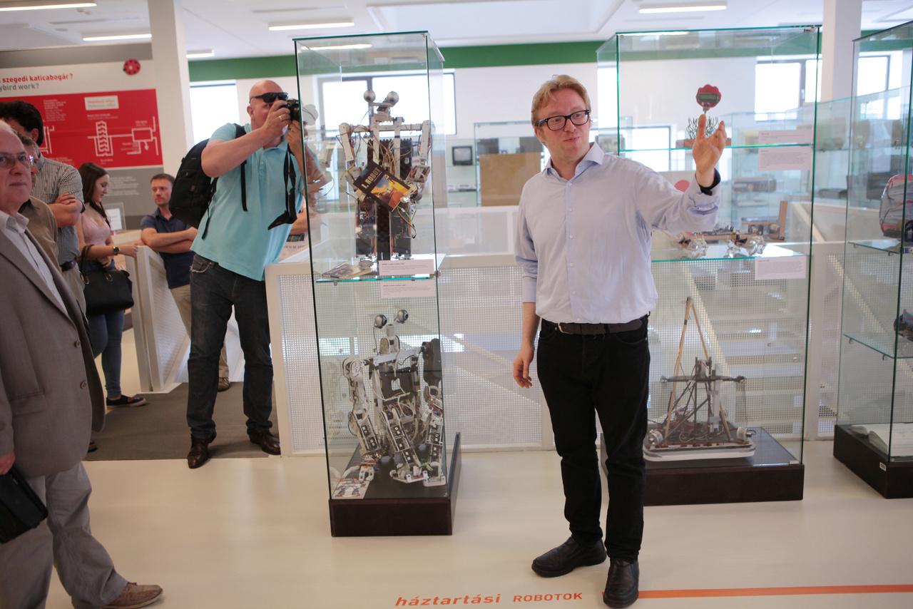 A kiállítás rendezője, Képes Gábor szakmai tárlatvezetésén elsősorban azokat az alkotókat emelte ki, akik a robotika versenyeken és az NJSZT robotika szakosztályában is robotok építésével foglalkoztak, foglalkoznak.