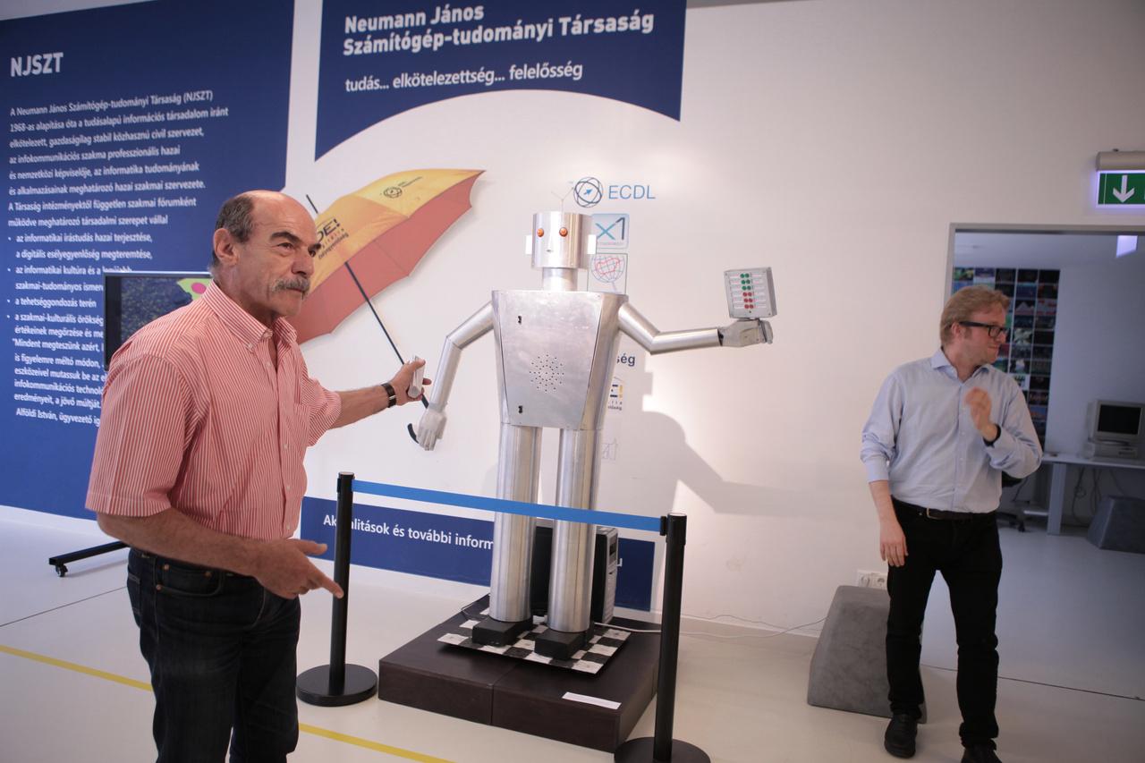 Alföldi István, a Neumann János Számítógép-tudományi Társaság ügyvezető igazgatója megnyitja a kamarakiállítást.