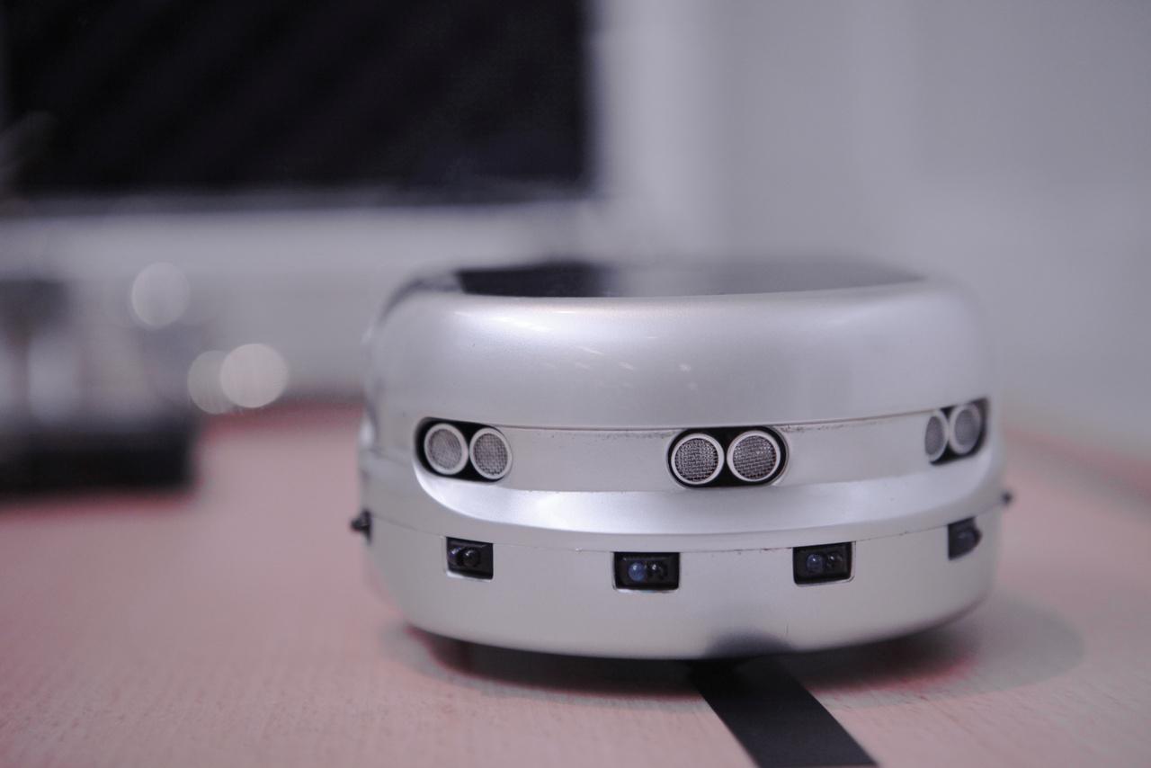 Khepera III. A svájci K-team Corporation2005-ben piacra dobott robotjához Rabi Zsolt, a Szegedi Tudományegyetem mérnökinformatikus BSc szakos hallgatója készített adaptív pályakövető és ütközésmentes irányító alkalmazást szakdolgozatként, 2012-ben. Témaköre alapját a gödi Samsung gyárban a vonalkövető robotoknál tapasztalt hiányosságok szolgáltatták.