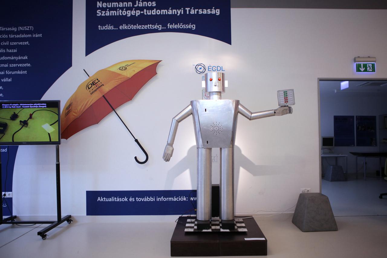 A Szegedi Robotember 2014-ben készült replikája. Muszka Dániel kibernetikus, informatikus, kutató és feltaláló 1962-ben alkotta meg a szegedi úttörőház felkérésére a tájékoztató, útbaigazító bádogembert.