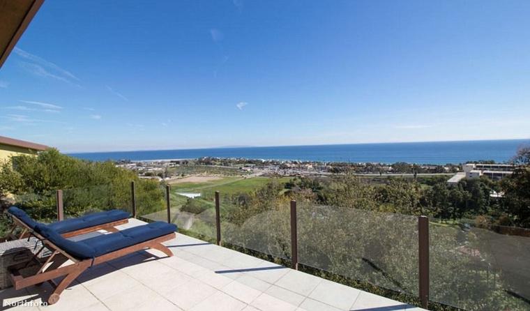 Az erkélyről páratlan kilátás nyílik a tengerre.