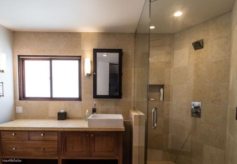 A fürdőszoba is tökéletesen illeszkedik a mai trendekhez.