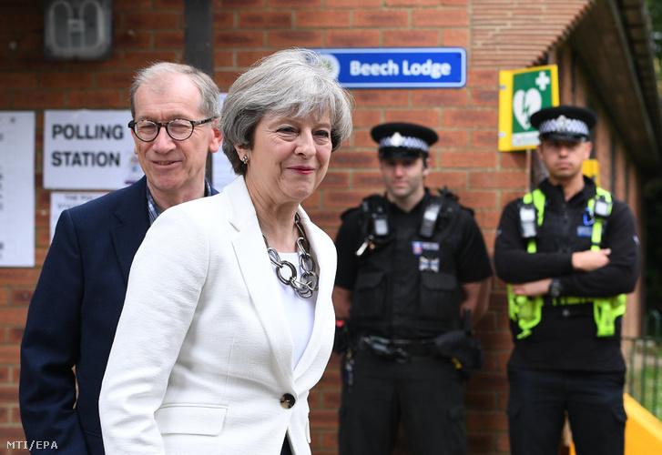 Theresa May brit miniszterelnök a Konzervatív Párt vezére a férje Philip
