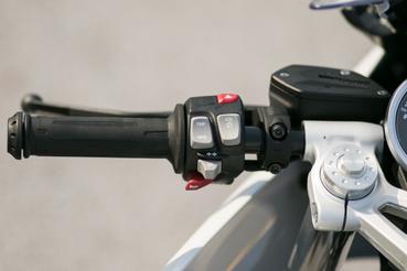 Egy gombbal kapcsolható ki az ABS és a kipörgésgátló. Az index egygombos, japános stílusú