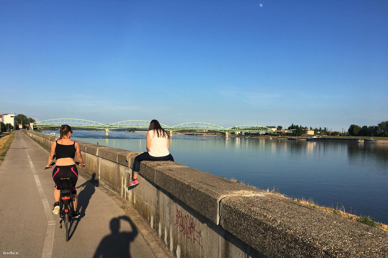 A városhatártól ismét jó minőségű aszfalt kerékpárút halad végig a Duna partján egészen a központig.