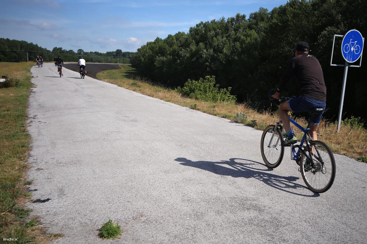 Nem hiába reménykedtünk, másnap reggelre megérkezett a jó idő. Rajkától tökéletes minőségű bringaúton jutottunk el nagyon hamar Szlovákiáig, és észre sem vettük, már a határ túloldalán voltunk. Ha jól vettem ki, a régi határjelző táblát is kerékpárút táblára cserélték.