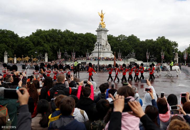 Őrségváltás a Buckingham Palota előtt a választás másnapján