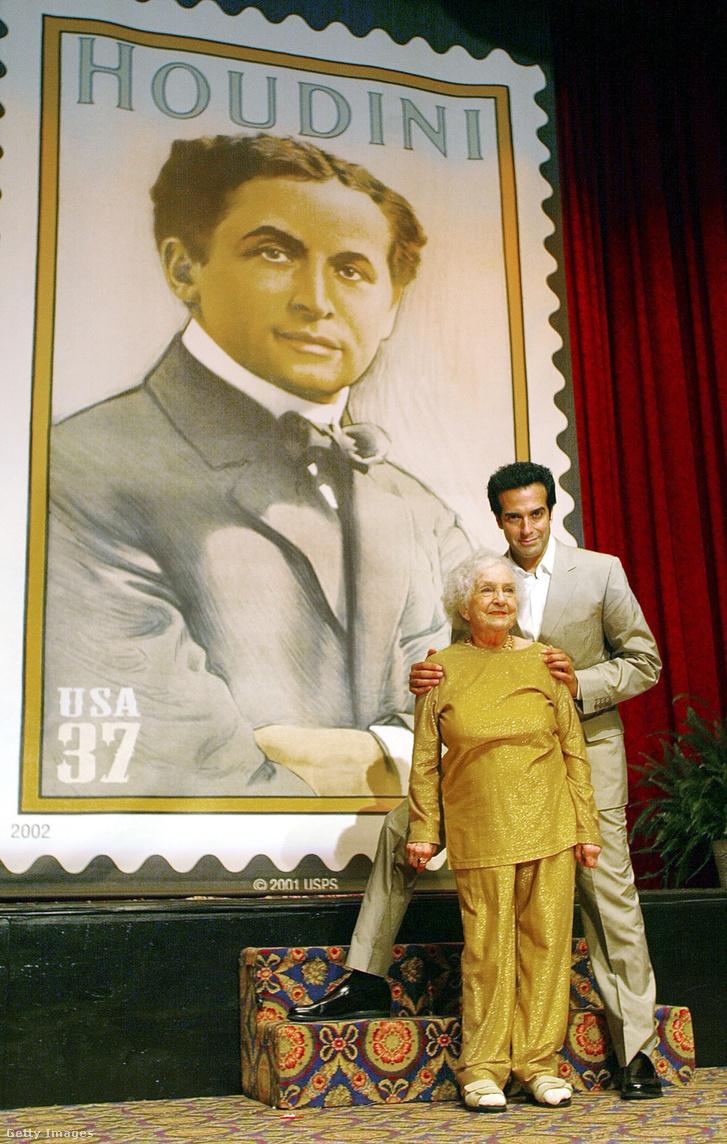 A bűvész David Copperfield és Marie Blood,  Harry Houdini unokahúga a Harry Houdini tiszteletére kiadott 37-centes postai bélyeg leleplezésén, az Amerikai Bűvészek Szövetségének Centenáriumi Gyűlésén 2002-ben New York-ban. A bélyeget egy 1911-es litográfia alapján készítették