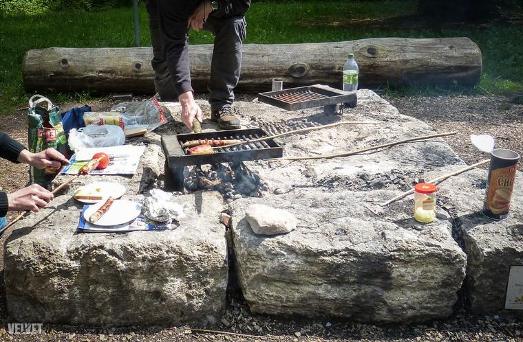 És egy átlagos grillezés közelről: KClassic szén, grillkolbászok, fix grillrácsok, és türelem. Türelmetleneknek egy kis csipsz.