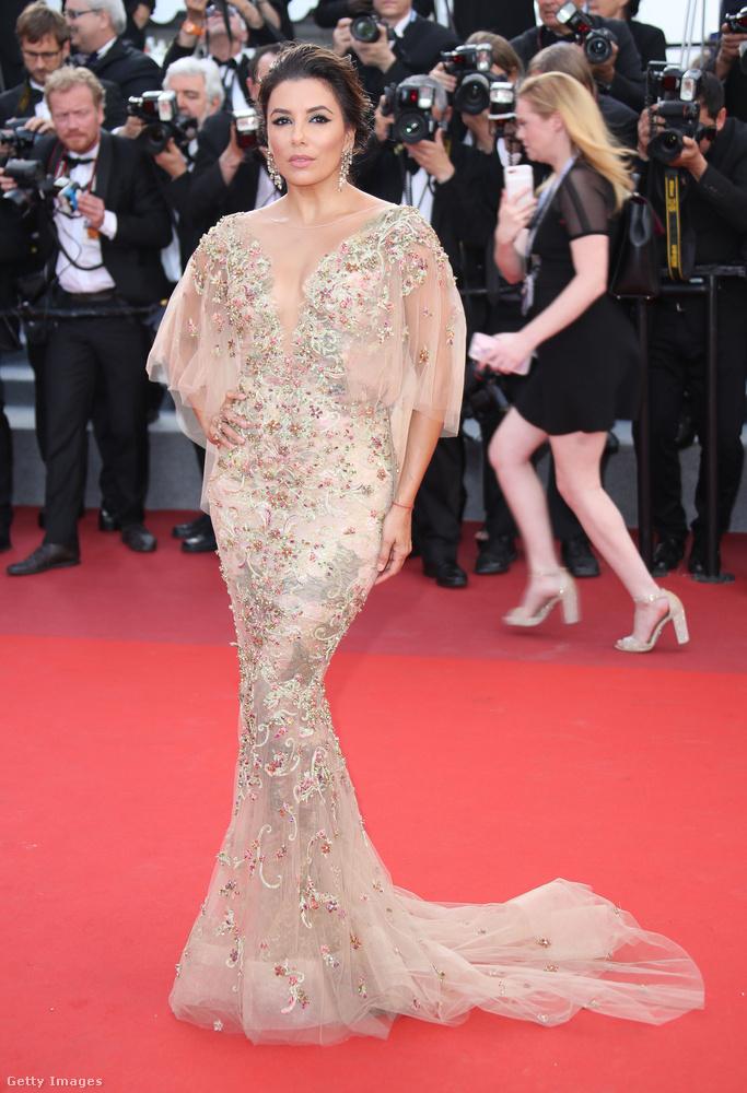 És ha már a Solis házaspárnaál tartunk, végezetül álljon itt Eva Longoria is, aki amellett, hogy mindenhol ott van (a képen például Cannesban), szintén fel-fel tűnik sorozatokban.