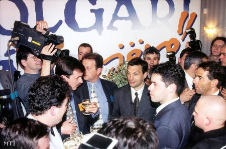 1998. május 24. A harmadik szabad országgyűlési választások második fordulójában a Fidesz választási központjában, a Tisza Villában