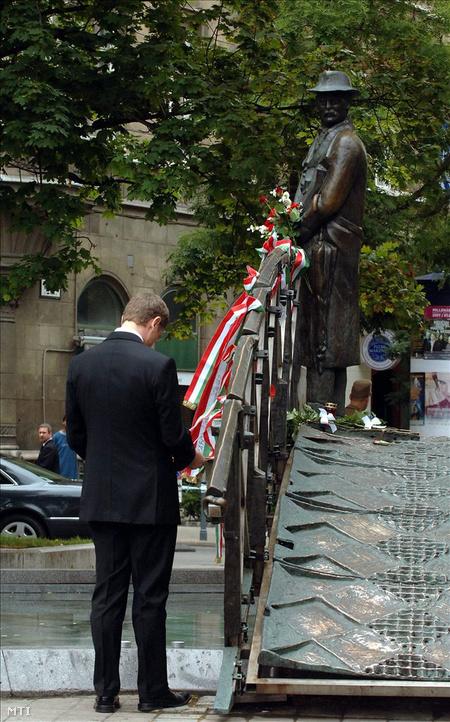 Gyurcsány Ferenc a Nagy Imre szobornál a Vértanúk terén