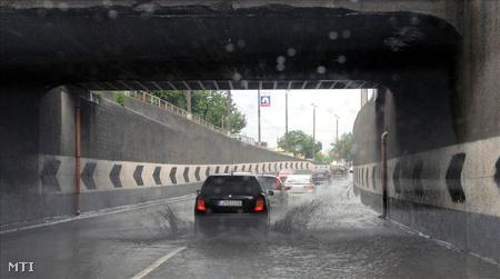 Áll a  víz a ferihegyi gyorsforgalmi úton felhőszakadás után (Fotó: Honéczy Barnabás)