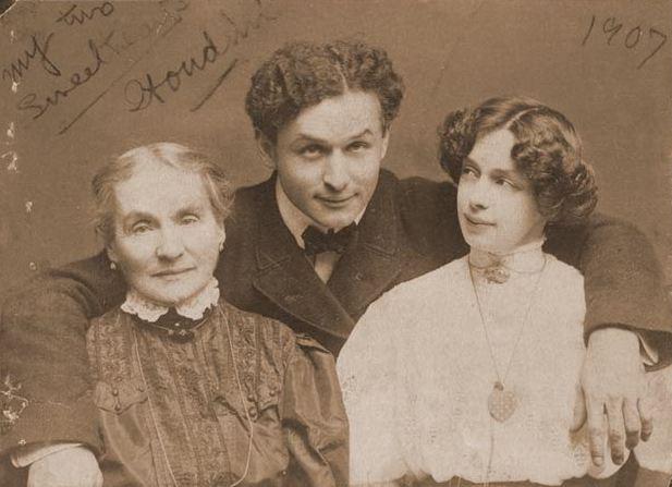 """Houdini édesanyjával és feleségével (1907 körül)                         """"A szívem csücskei"""". Harry Houdini (1874-1926) feleségével Beatrice-szel (1876-1943) és édesanyjával, Cecilia Steiner Weiss-szal."""
