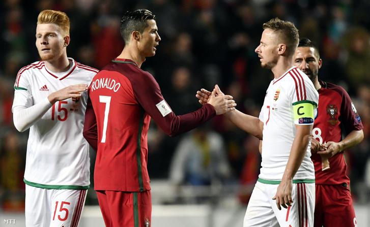 A portugál Cristiano Ronaldo és Dzsudzsák Balázs kezet fog a Portugália - Magyarország labdarúgó világbajnoki selejtezőmérkőzés végén a lisszaboni Luz Stadionban 2017. március 25-én. A magyar labdarúgó-válogatott 3-0-ra kikapott.