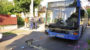 Busz és autó ütközött Budapesten, négyen megsérültek
