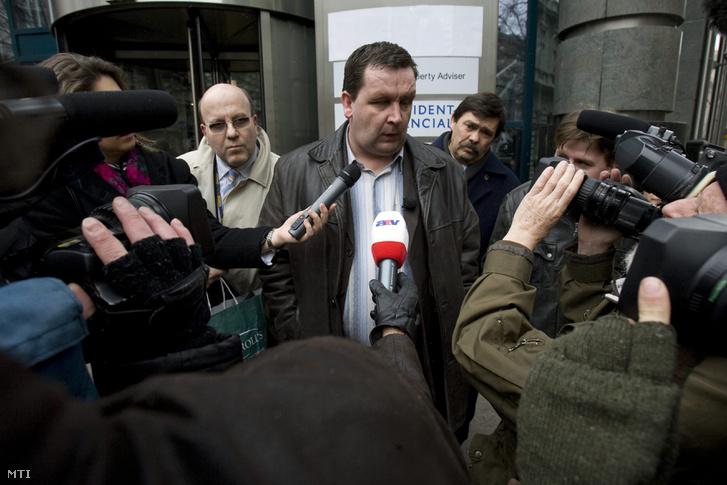 Mali Zoltán nyilatkozik a Provident Zrt.-nek helyet adó belvárosi irodaépületnél rendezett tüntetésen 2009-ben.