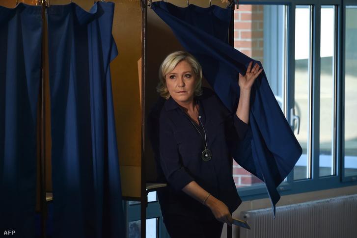 Marine Le Pen elhagyja a választófülkét.