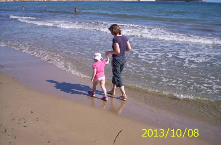 Anita egyedül a tengerparti sétákat élvezhette