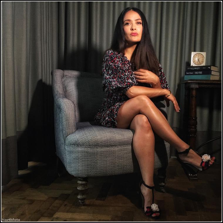 Salma Hayek lábai hosszabbak, mint valaha! A színésznő eddig sem panaszkodhatott, a kifutók modelljei is megirigyelhetnék hosszú lábait.