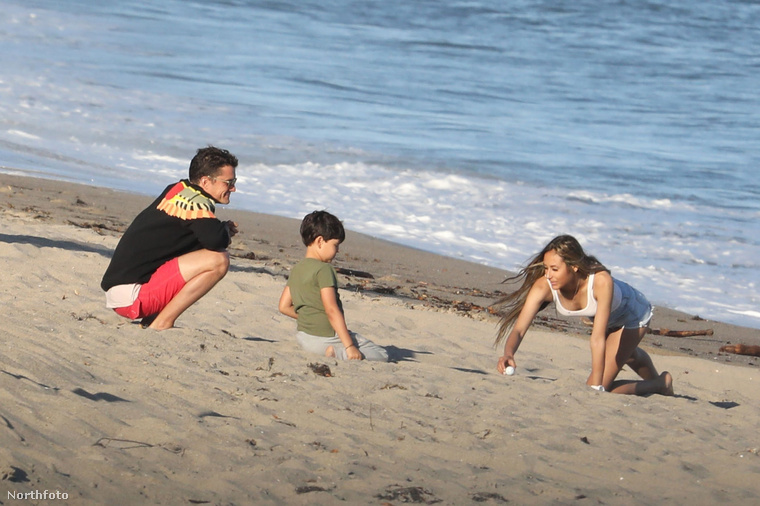 Orlando Bloom a malibui strandon járt fiával, Flynn Christopherrel és egy ismeretlen lánnyal, aki a képek forrása szerint a színész legújabb barátnője.