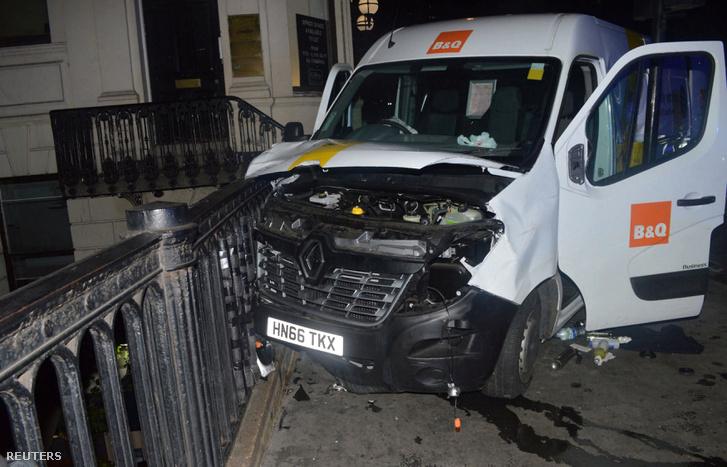 A támadáshoz használt furgonnal egy korlátnak ütköztek a merénylők.