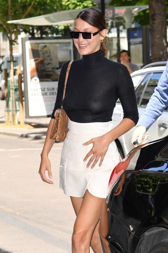 Egyrészt nemrég Selena Gomez egy hasonlóan vékony fekete ruhában mutatta meg magát, és hála a vakuk fényének, mindent látni lehetett a felsőtestéből