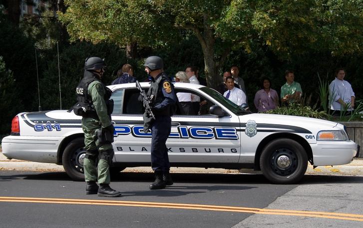 Rendőri készültség a Virginia Tech kampuszának közelében 2006. augusztus 21-én, ahol egy William Morva személyleírására hasonlító embert láttak feltűnni