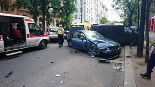 Több súlyos sérültje van a Baross utcai tömegkarambolnak