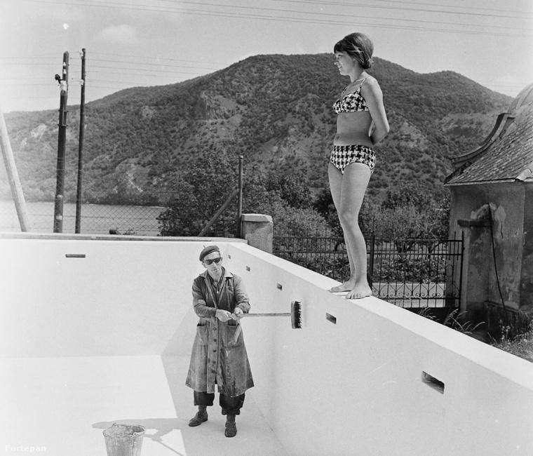 Egy kedves fotográfia 1967-ből, a fürdőruha mai szemmel is nagyon szép és tetszetős