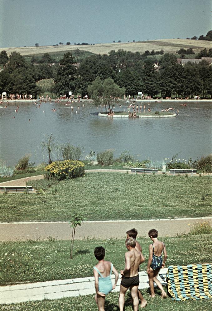 1966-ból ezt a képet találtuk, itt a hölgyek inkább az egybe részes fürdőruhát részesítették előnyben
