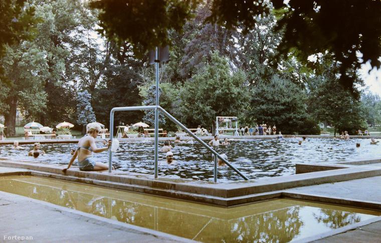 1960 - az egyik haza strandon - a fürdőző hölgy sortos bikiniben ereszkedik a vízbe