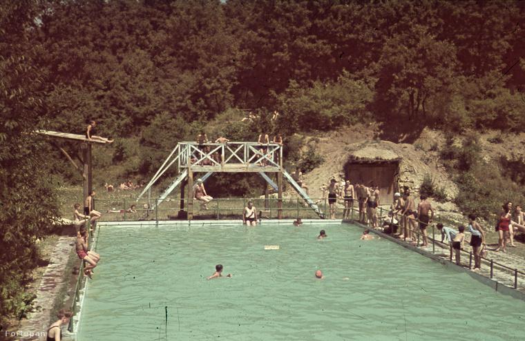Azért a negyvenes éveknél kezdjük, mert sok fontos dolog történt, például feltűnt a bikini elődje, de ez még lényegében egy kettévágott fürdőruha volt.Jean Réard és Jaques Heim 1946-ban dobta piacra a kétrészes fürdőruha modern változatát, a bikinit.Nevét a Bikini szigeten folytatott atombomba-kísérletről kapta.A fotó 1941-es, ha közelebbről megnézzük láthatjuk hogy kizárólag egybe részes fürdőruhákat viseltek a még akkoriban a hölgyek.