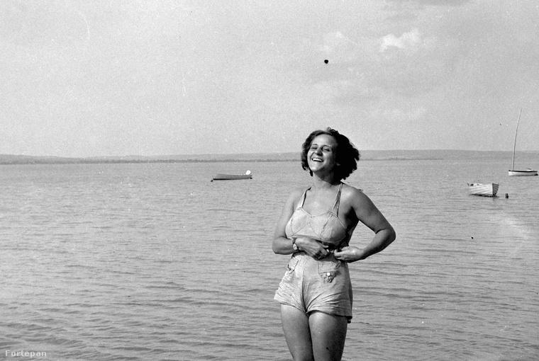Miután visszaemlékeztünk hogyan töltötték a nyarat nagyanyáink Budapesten, és arra is, hogyan viselték a hőséget mondjuk az 1960-as években Baján, most úgy gondoltuk, hogy arról mutatnánk egy sajátos fényképalbumot, hogy milyen fürdőruhákban pózoltak anno a strandokon.Képsorozatunk 1940-től, 1988-ig öleli át nagy léptekben közel ötven év fürdőruhadivatját