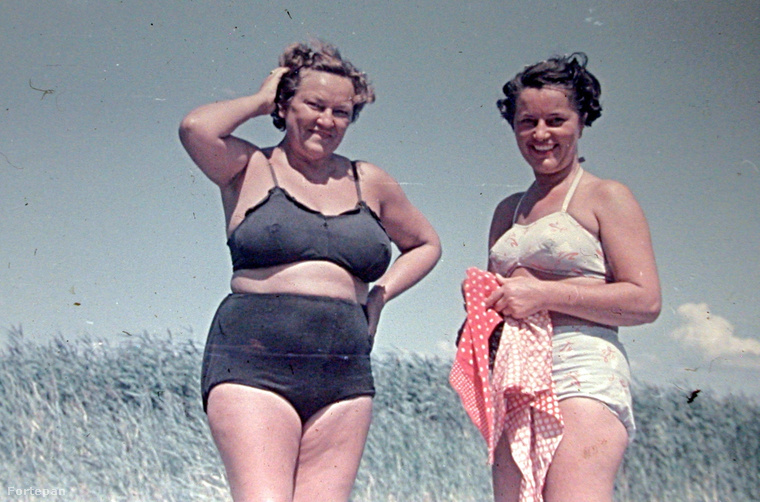 A bikini az eddigiekhez képest a legtöbbet megmutató ruhadarab volt.Ezeket az információkat Simonovics Ildikó Divat és Szocializmus 1945-1968 című doktori disszertációjából tudtuk meg.Ez a fotó pedig már 1952-ben készült, itt már szemmel láthatóan ismerte a világ a bikinit.