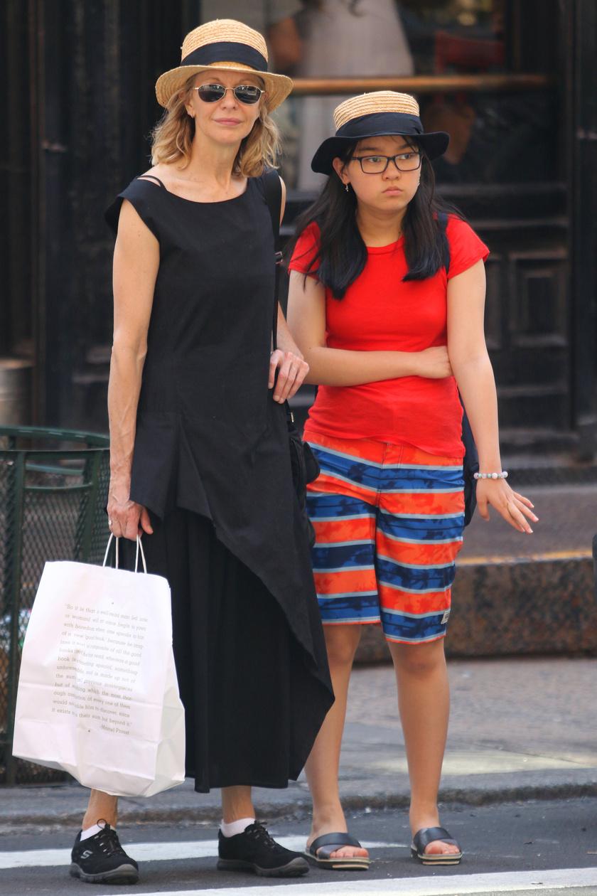 Meg Ryant és Daisyt Manhattanben kapták lencsevégre, ahogy egyforma kalapban vásárolgatnak.