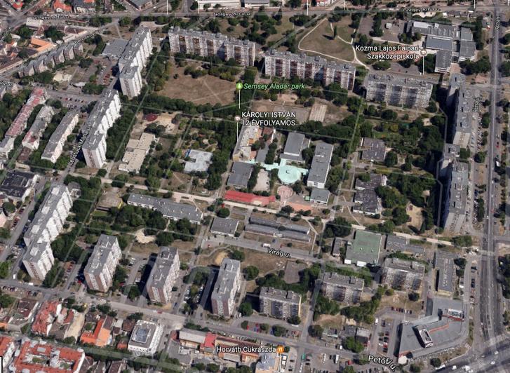 A tízemeletesek által közrezárt tízhektáros terület. A légi fotón még a száraz fűbe taposott ösvények is látszanak